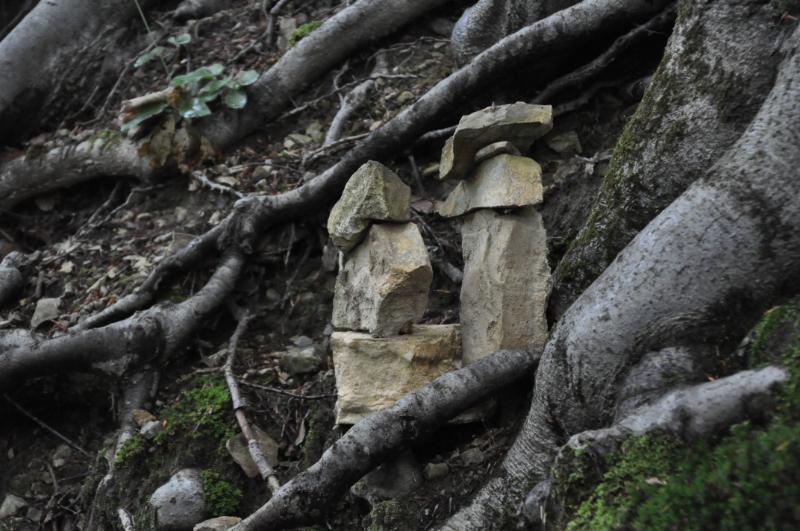 Zwei Türme aus kleinen Steinen