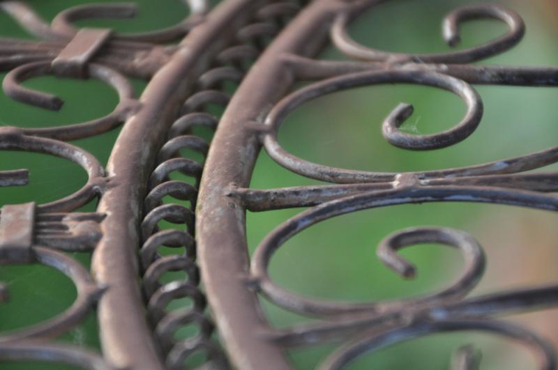 Detailfoto von einem Tisch aus Metall