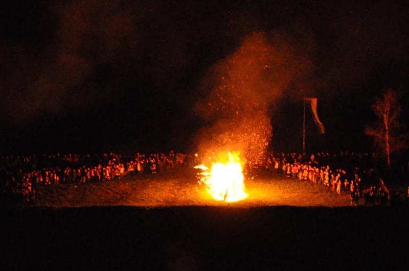 Ein brennendes Osterrad auf dem Osterberg in Lügde