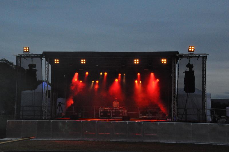 Eine große, illuminierte Bühne – aber keine Besucher davor