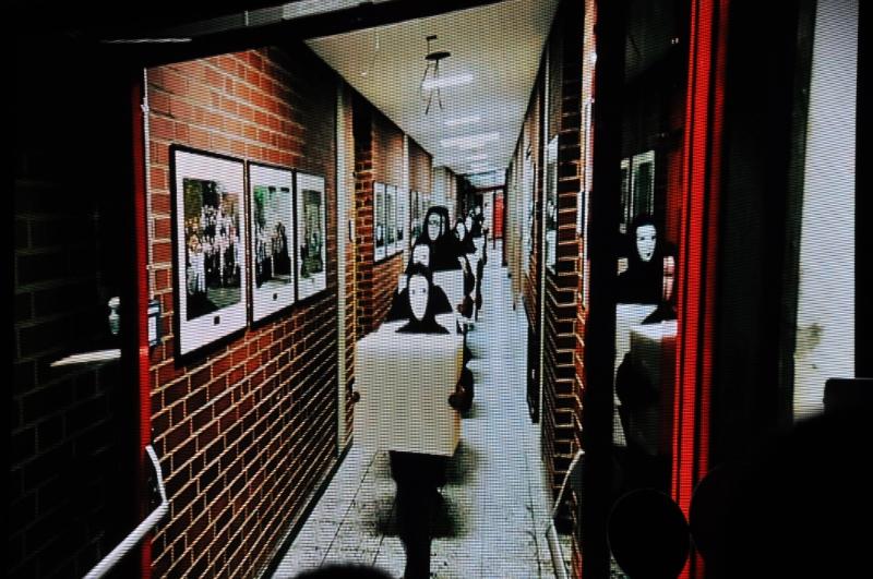 Die Aufnahme zeigt Kinder, die hintereinander gehen und jeweils einen Schaumstoff-Würfel tragen.