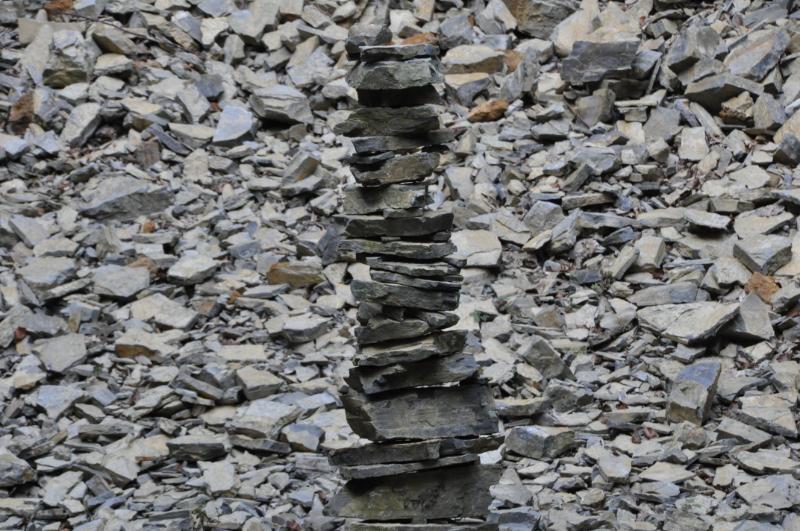 Ein Turm aus Steinen in einem  Steinbruch