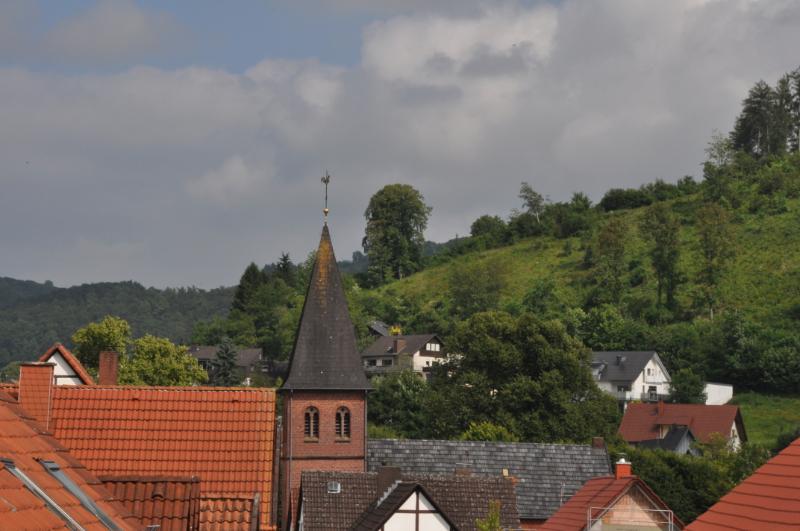 Ein Kirchturm von einem Berg