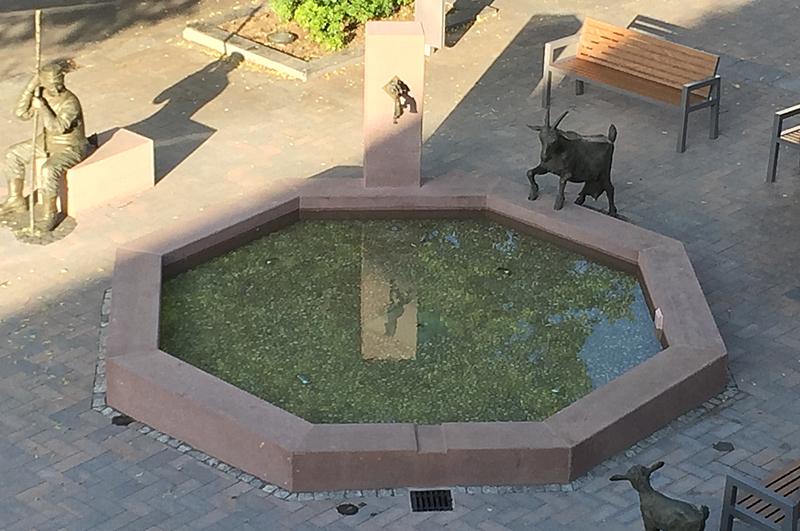 Der Ziegenbrunnen auf dem Marktplatz in Lügde