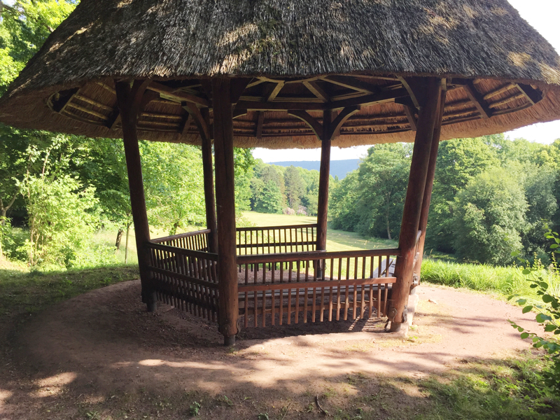 Eine Wanderhütte mit Reetdach