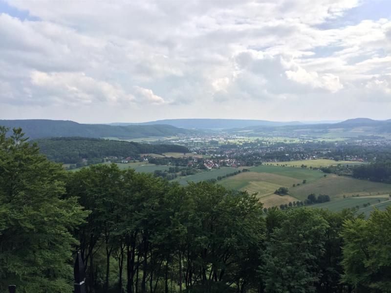 Zwei Orte umgeben mit Bergen.