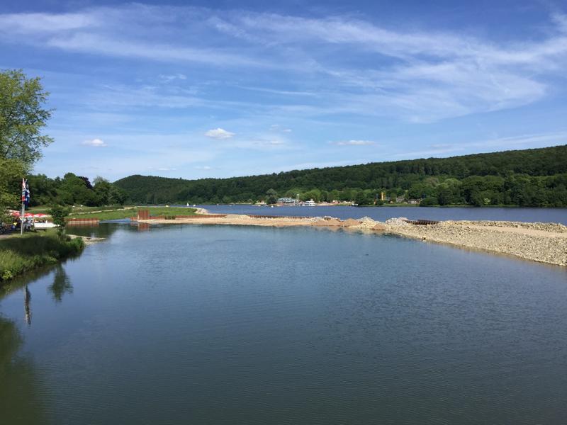 Ein Fluß verläuft parallel zu einem See.