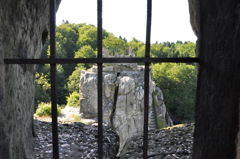 Ein in Fels gehauenes, vergittertes Fenster