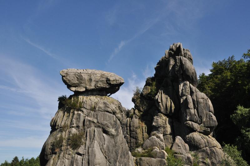 Zwei Felsengipel. Auf dem Einen liegt ein großer Felsbrocken.