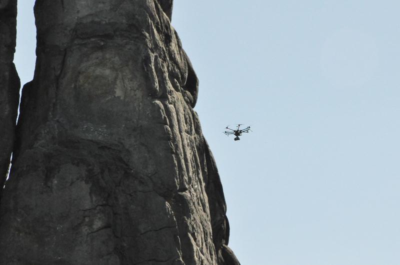 Drohne in Quadrocopterbauweise an den Externsteinen