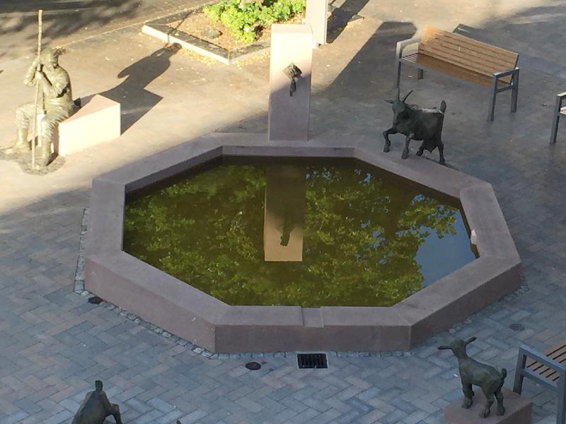 Ein Brunnen mit grünlich schimmernden Wasser