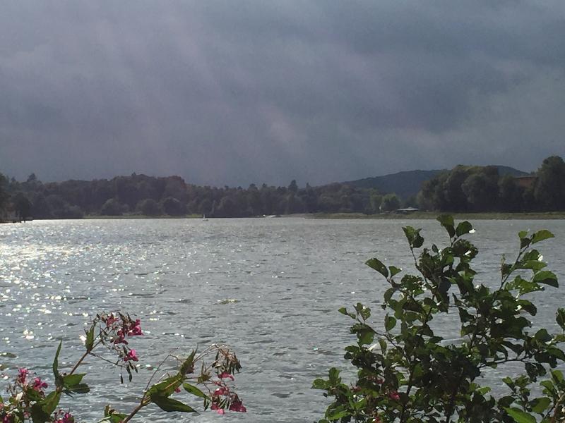 Ein See, im Hintergrund dunkle Wolken