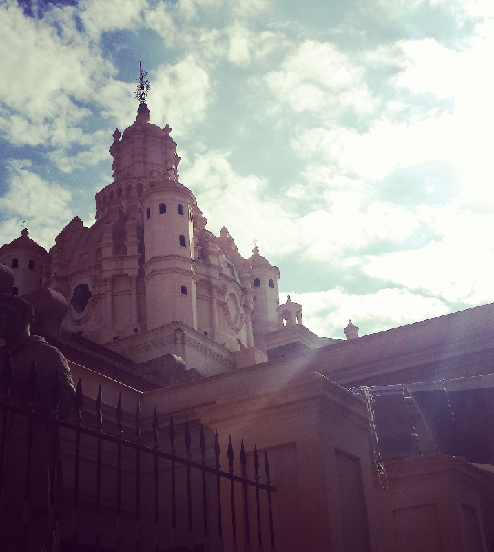 Eine Kathedrale im Sonnenlicht
