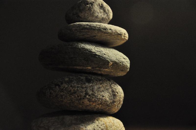 Ein Turm aus einzelnen, übereinander gestapelten Steinen.