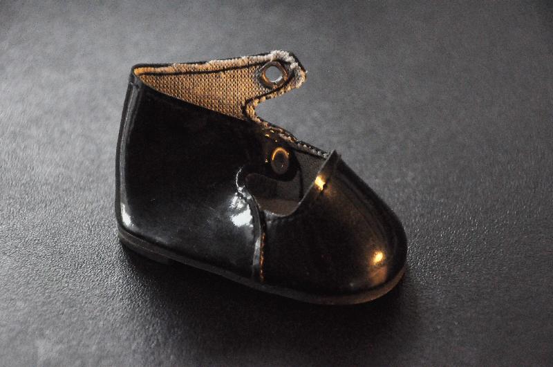 Ein kleiner Schuh einer Puppe