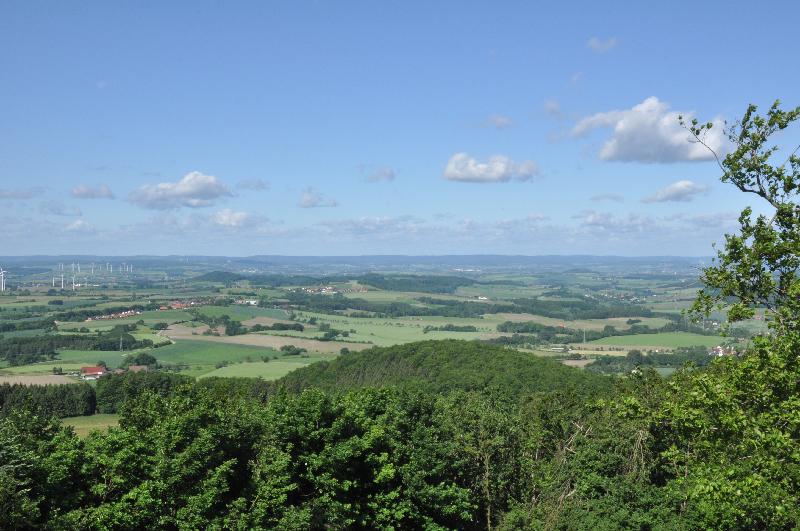 Ein weiter Blick von einem Berg ins Tal