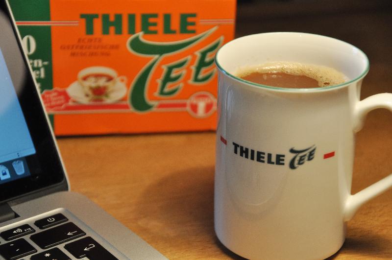 Eine mit Thiele Tee beschriftete Teetasse