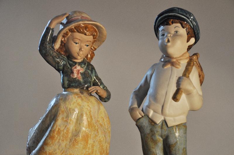 Zwei Porzellanfiguren: Mädchen und Junge