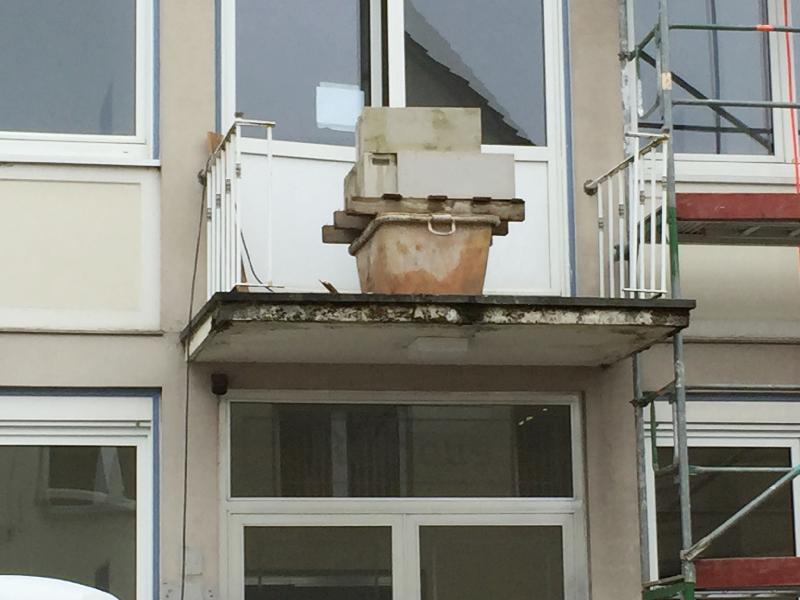Bauschutt steht auf einem Balkon