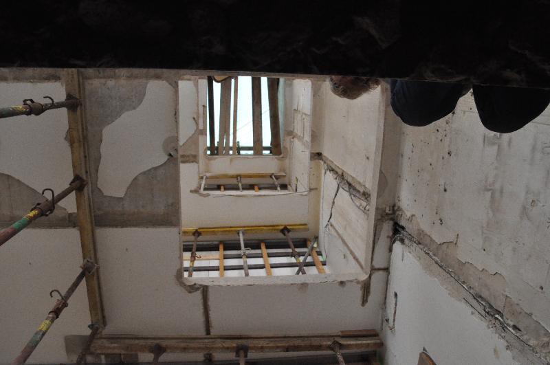 Deckenlöcher über fünf Etagen für den Fahrstuhl ermöglichen ein Foto vom Keller bis zum Dach hinauf