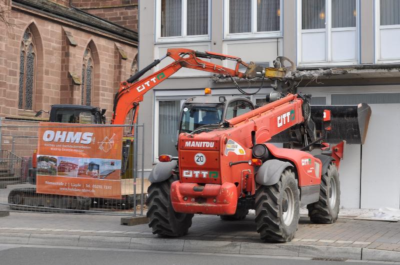 Baufahrzeuge machen sich an einem Balkon zu schaffen