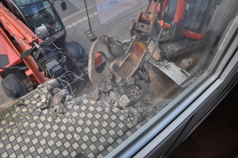 Beim Öffnen der Zange fallen die Betonbrocken herunter